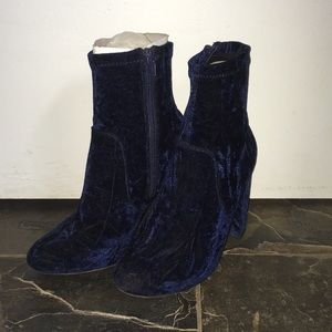 Blue velvet ankle boots with heel
